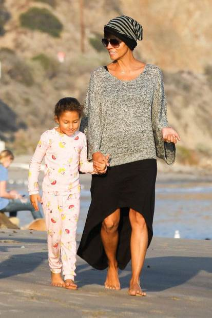 HALLE BERRY AT THE BEACH. GSI Media December 21, 2013 To License These Photos, Please Contact : Steve Ginsburg (310) 505-8447 (323) 423-9397 steve@akmgsi.com sales@akmgsi.com or Maria Buda (917) 242-1505 mbuda@akmgsi.com ginsburgspalyinc@gmail.com
