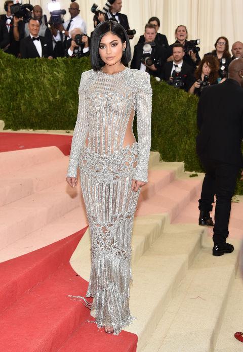Met Gala Kylie Jenner'den değişik bir tarz. Bana sanki avize malzemelerinden elbise yaptırmışta giyinmiş gibi geldi.